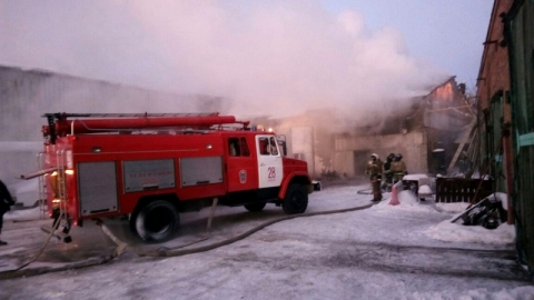 В Омске 52 пожарных тушат склад на Красноярском тракте