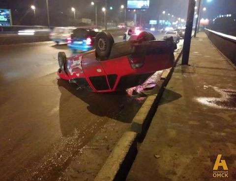 В Омске на Фрунзенском мосту перевернулась Daewoo Nexia