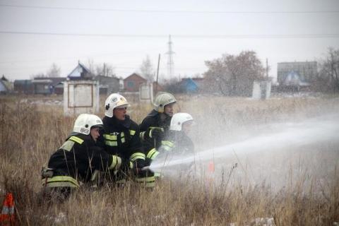 В Омске прошел биатлон на пожарных машинах