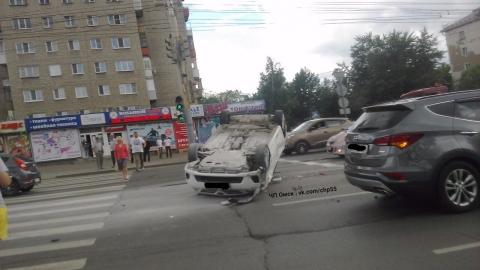 В центре Омска иномарка перевернулась на крышу (фото)