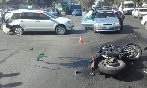 В Омске мотоциклист без шлема после ДТП оказался в больнице