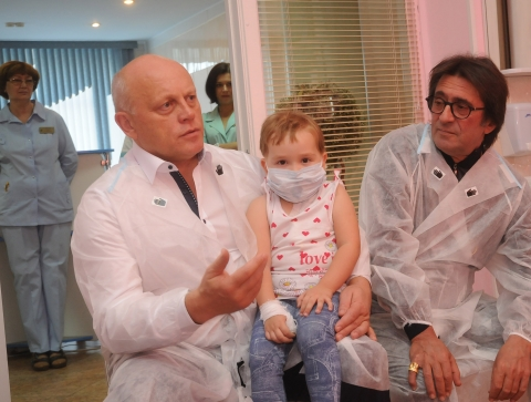 Юрий Башмет и Виктор Назаров подарили пациентам омской ОДКБ телескоп и телевизор