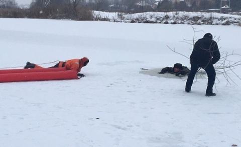В Омске у Октябрьского моста мужчина провалился под лед