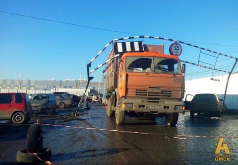 КамАЗ снес металлическую арку в Омске