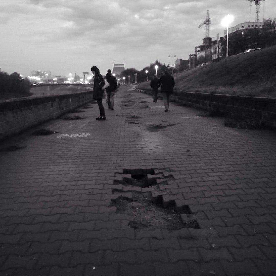 Омичи заметили следы бомбардировки на тротуаре