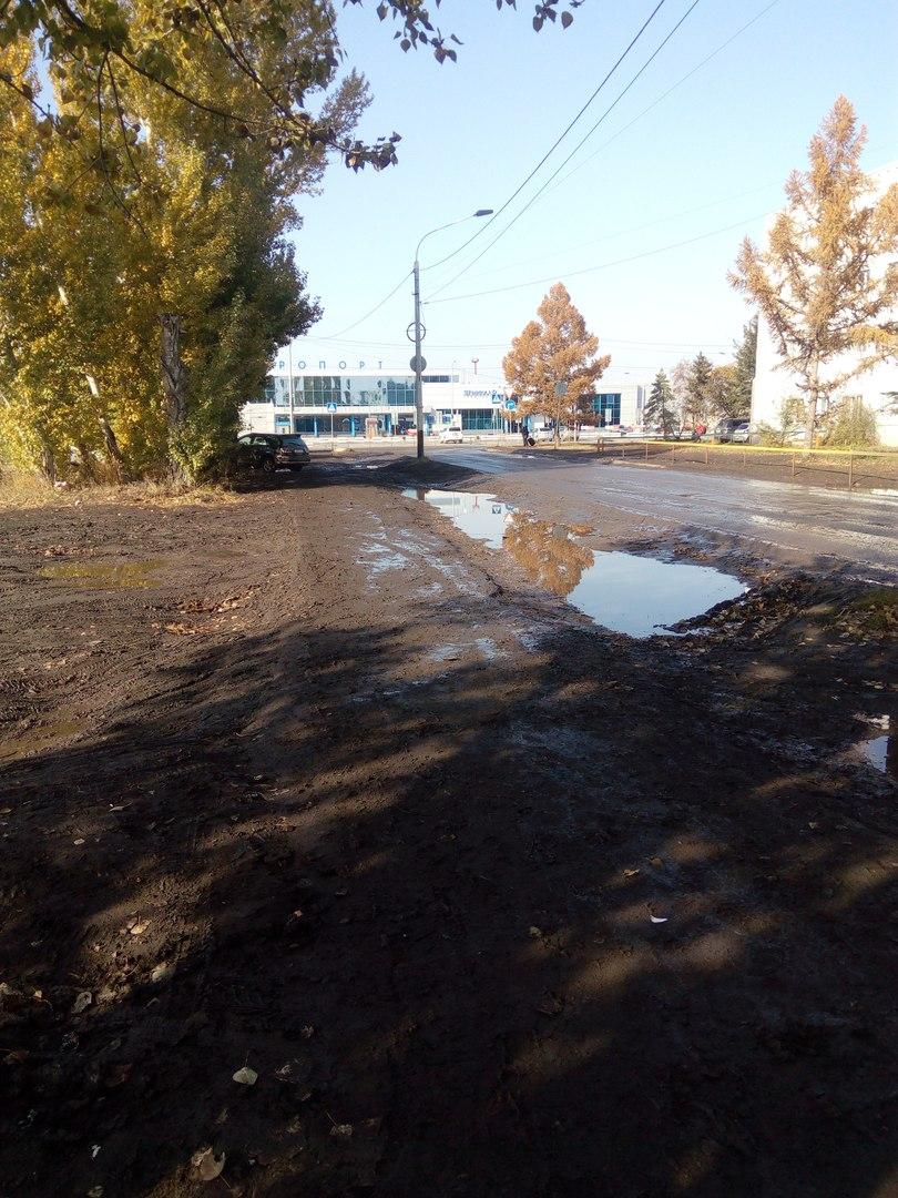 Омичи в соцсетях возмутились непролазной грязью возле аэропорта