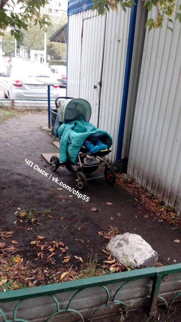 Омичи возмущаются матерью, которая оставила ребенка в коляске возле киоска