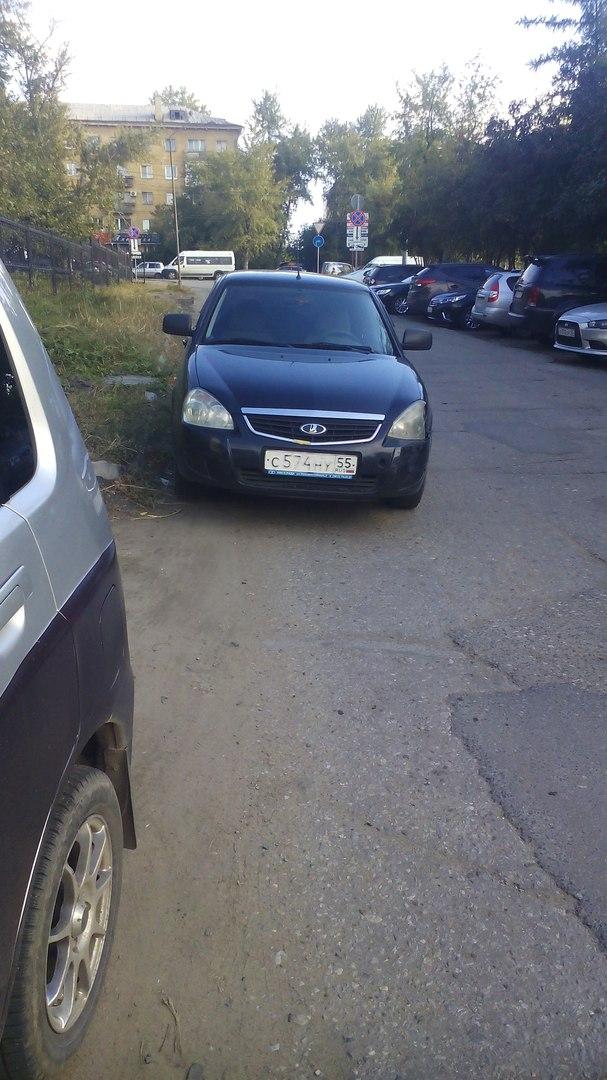 Омская студентка неправильно припарковала «Приору» возле СибАДИ