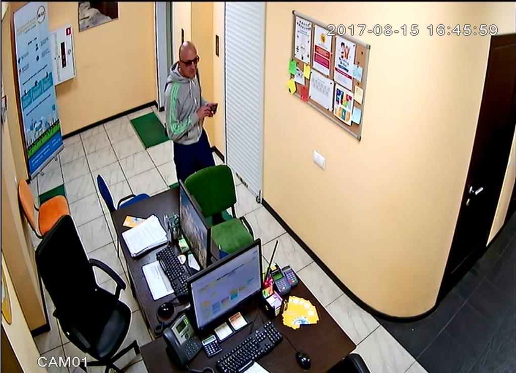 В Омске неизвестный крадет обеды из холодильника в бизнес-центре