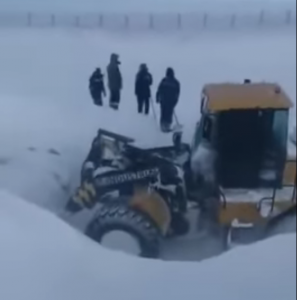 По дороге из Омской области в Казахстан замело около 100 фур