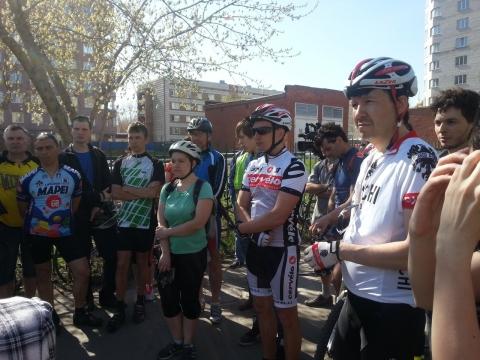 """Омский клуб """"Цепная реакция""""  дежурит у больницы с пострадавшими велосипедистами"""