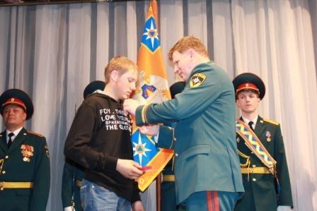 Омскому школьнику вручили медаль за спасение пенсионерки из огня