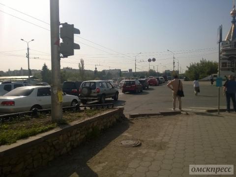 Центр Омска полностью стоит в пробках после перекрытия улицы Ленина