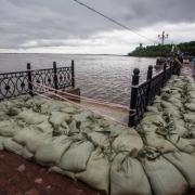 Омские чиновники перечислят деньги пострадавшим от наводнения на Дальнем Востоке