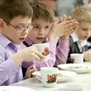 Омские школьники будут обедать в столовой по пропускам