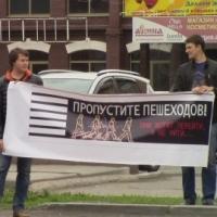 Омичи прошлись с плакатами по дорогам города