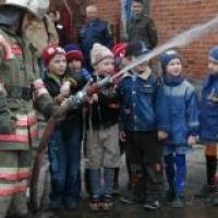 Омские пожарные поздравят детей с праздником