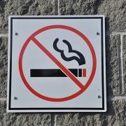 Полицейским и чиновникам могут запретить курение во время службы
