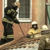 Губернатор пообещал пожилой омичке наладить крышу после шторма