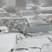 Снегопад и хоккей парализовали омские улицы