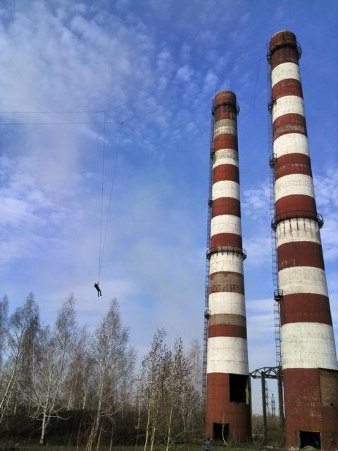 Омские экстремалы прыгнули с трубы высотой 90 метров