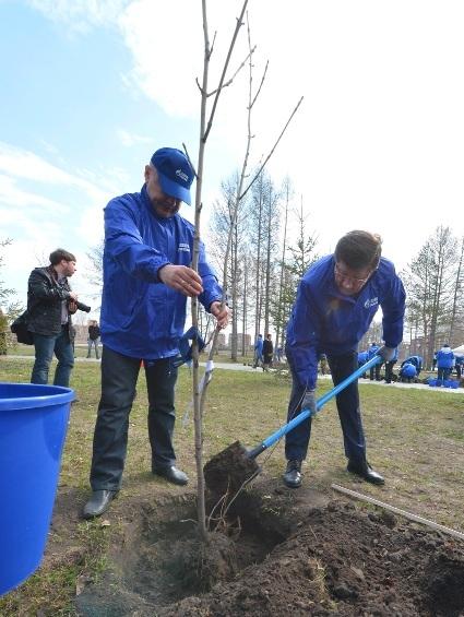 """""""Экологический десант"""" высадил деревья в городском саду"""