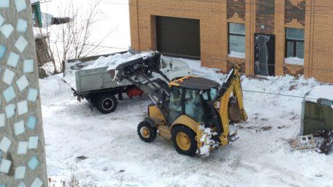 С омских дворовых проездов вывозят снег