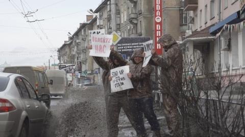 Омские креативщики 1 апреля специально ждали, пока их обольют из лужи