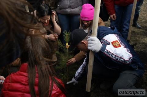 Олег Газманов посадил деревья на Иртышской набережной