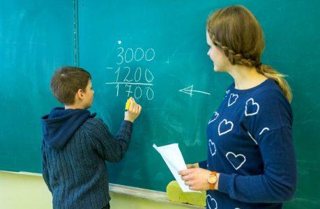 Образованию в Омской области выделили 2,4 млрд рублей