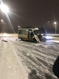 В Омске маршрутка с пассажирами врезалась в столб