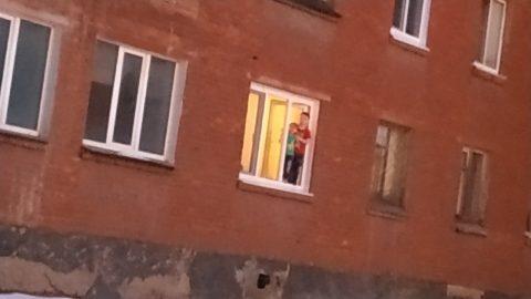 Омич заснял на видео двух детей в окне
