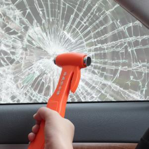 Водитель иномарки ударил молотком по стеклу омского автобуса