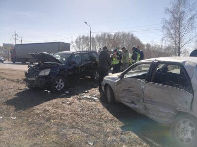 В Омске девушка на авто «Тойота Корона» врезалась в фуру