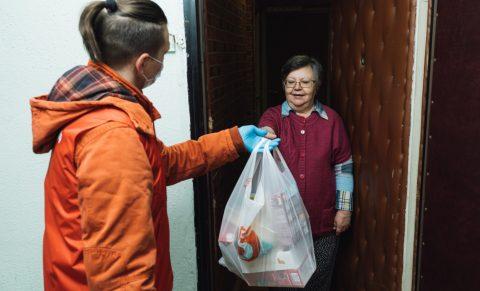 В Омске многодетным семьям и инвалидам начали раздавать продуктовые наборы
