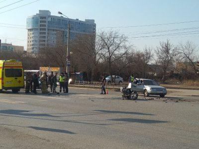 В центре Омска легковушка сбила мотоциклиста