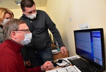 Александр Бурков попробовал себя в роли оператора омской горячей линии о коронавирусе