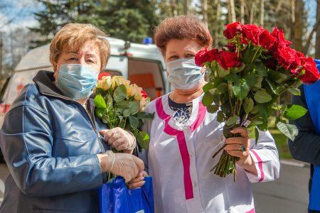 В Омске работников скорой помощи одарили цветами и словами благодарности