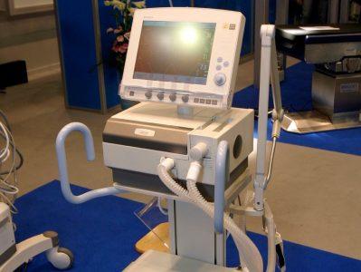 Омский минздрав восполнит нехватку аппаратов ИВЛ за счёт частных клиник
