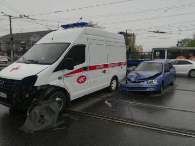 В Омске на трамвайных путях столкнулись легковушка и автомобиль скорой помощи
