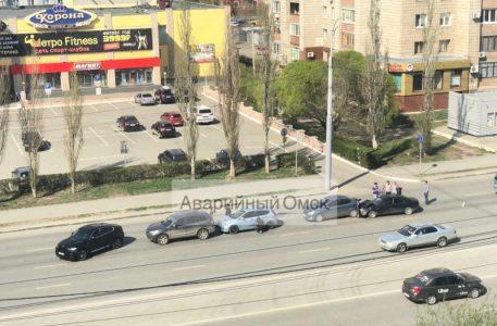 В центре Омска произошло ДТП с участием 4 машин, есть пострадавшие