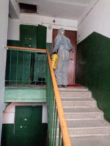 Омичи вынуждены дезинфицировать «коронавирусные» подъезды за свой счет