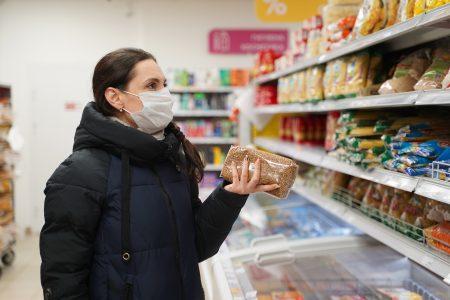 Владельцев магазинов и торговых центров в Омске будут штрафовать за несоблюдение масочного режима.