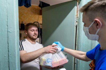 В Омске 619 студентов получили бесплатные продуктовые наборы
