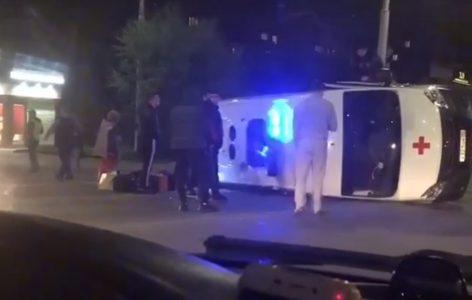 В Омске перевернулся автомобиль скорой помощи, ехавший на вызов