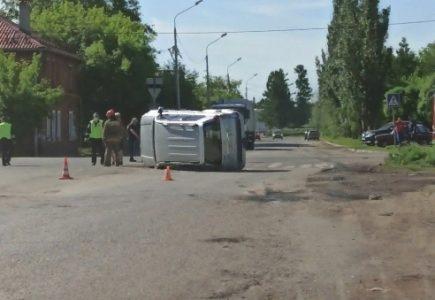 В Омске перевернулся Land Cruiser Prado от столкновения с такси