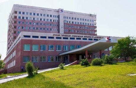 Из омской больницы №1 вывозят пациентов из-за подозрений на коронавирус у медперсонала