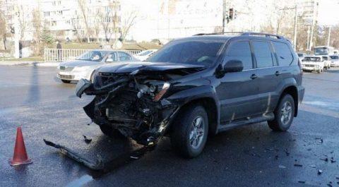 В Омске выпивший водитель «Лексуса» протаранил «Форд»