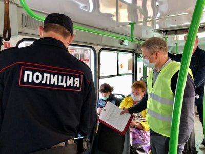 В Омске полиция выгоняла из маршруток нарушителей масочного режима
