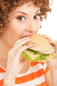 Почему некоторые люди едят много и не толстеют, рассказали ученые